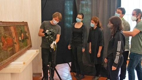Studierende untersuchen das Tafelgemälde im freiberger Stadtmuseum
