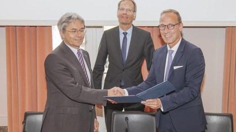 TUD-Rektor Prof. Hans Müller-Steinhagen mit den Vorständen der DB Netz AG Dr. Volker Hentschel (Mi) und Jens Bergmann bei der Vertragsunterzeichnung
