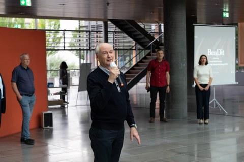 Prof. Haller vom Institut für Ingenieurholzbau und baukonstruktives Entwerfen zur feierlichen Einweihung von BenDit am 18.06. im Lichthof des Biologie-Gebäudes