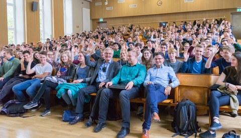 Studiendekan Prof. Stamm zwischen den neuen Studenten