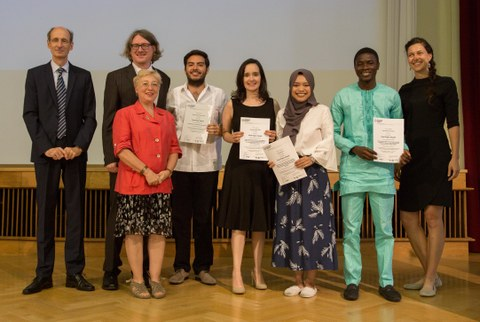 """Die Preisträger des """"Best final paper award"""" posieren mit ihren Urkunden."""