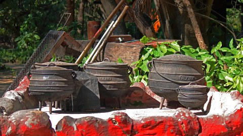 Der Kochtopf steht in Afrika als Symbol für gemeinschaftliches Wohnen und die Gemeinschaft. Bei Festen wird das Essen in großen Töpfen aufgetafelt.