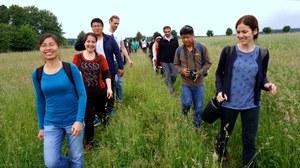 Teilnehmer im Gänsemarsch bei einer Exkursion in der Oberlausitz