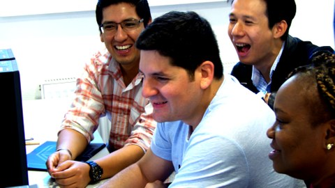 Teilnehmergruppe bei Gruppenarbeit am Computer