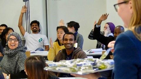Teilnehmer während einer Vorlesung im Seminarraum