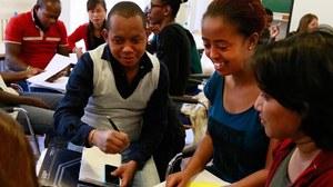 Teilnehmer während einer Unterrichtsstunde im Seminarraum