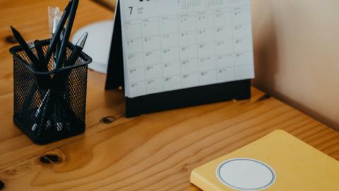 Schreibtisch mit Kalender und Stiftebox