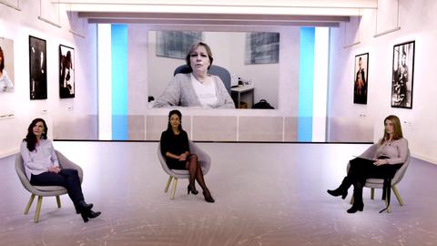 Livestream Studio, 3 Frauen sitzen im Studio, im Hintergrund Video, live eingeschaltete Gäste, Diskussion