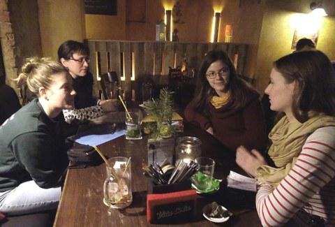Teilnehmerinnen des Treffens sitzen in gemütlicher Atmosphäre beim Erfahrungsaustausch