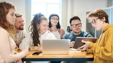 Netzwerken, junge Menschen, Auf Tablet gucken, Zusammenarbeit