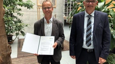 Uwe Feiler, Parlamentarischer Staatssekretär im BMEL (r.) überreichte den Förderbescheid für das Projekt BENEATH an Prof. Karsten Kalbitz von der TU Dresden.