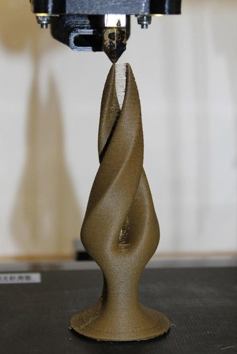 Design-Objekt aus Polymer-Holz-Composite