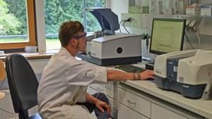 Masterstudent beim Messen am FTIR-Spektrometer