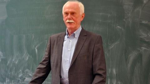 Professor Bemmann während einer Vorlesung