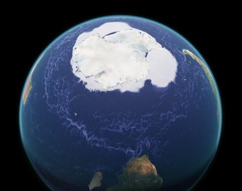 Blick auf die Erde aus dem Weltall mit der Antarktis im Zentrum. Blaue Linien zeigen die Bahnen wie der Krill mit dem Zirkumpolarstrom driftet.