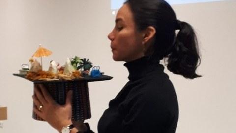 Mariana Vidal und beschaut den Doktorhut, den Kollegen und Freunde für sie thematisch passend verziert haben