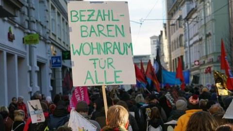"""Demonstration mit einem Plakat mit dem Text """"Bezahlbaren Wohnraum für Alle"""" in Erfurt am 15.02.2020."""