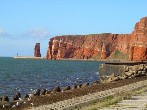 Ist ist die Nordsee zu sehen links im Bild die Steilküste von Helgoland, wobei eine  starken Rotfärbung der typischen Buntsandstein-Sedimente sichtbar ist.