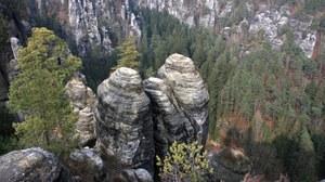 Das Bild offenbart den Blick von der Bastei in Richtung Felsenbühne Rathen