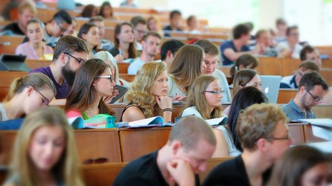 This picture shows a lecture hall with attentive students.
