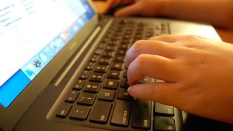 Schreibender am Notebook