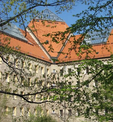 Das Bild zeigt den Hülssebau oberhalb des Haupteingangs.