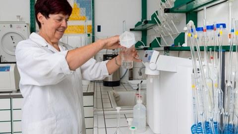 Eine Laborantin untersucht Wasserproben.