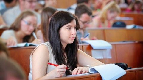 Studierende beim Bearbeiten einer Klausur