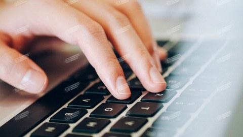 eine Hand über einer Tastatur