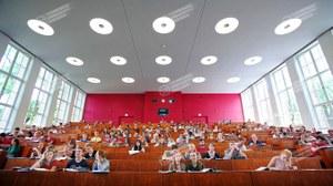 Blick vom Standort des Vortragenden aus in einen Hörsaal
