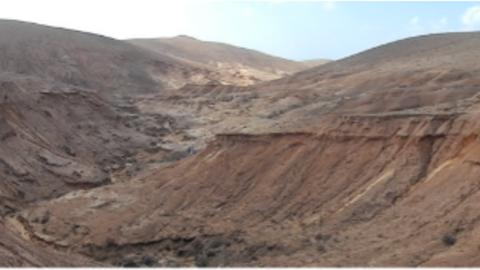 Das Bild zeigt eine aride Landschaft.