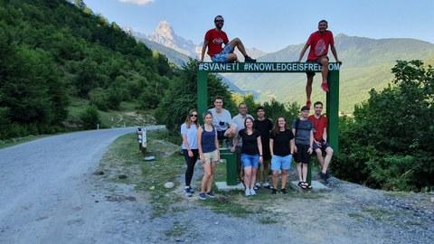 Teilnehmer der Feldarbeiten vor dem Panorama des georgischen Kaukasus und dem Gipfel der Ushba