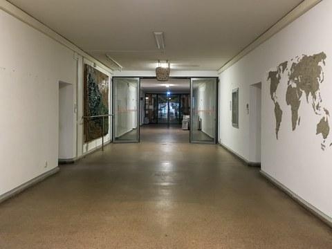 Der leergeräumte Gang des Instituts für Kartographie