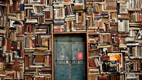 Eingangstür, Bibliothek, Bücherstapel um Eingangstür gestapelt