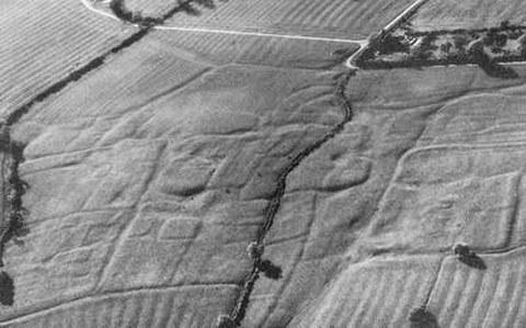 Abb. 8-1: untergegangenes mittelalterliches Dorf - sichtbar durch Unebenheiten (aus Albertz, 1991)