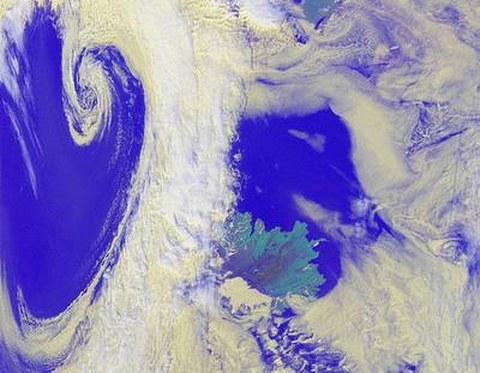 Abb. 9-25: Wirbelsturm nahe Island aufgenommen durch NOAA  Copyright © 2000, German Aerospace Center (DLR)