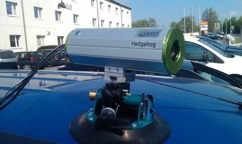 Abb. 1: Hyperspektralkamera UHD 285 – Hedgehog (Cubert GmbH) auf einem Autodach montiert