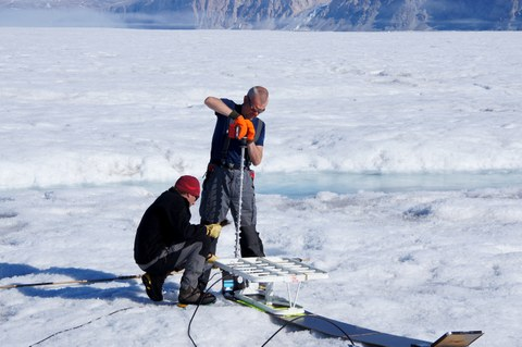 Setup of a pRES site to determine ice thickness on the 79°N glacier in northeast Greenland (2017)