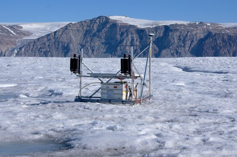 Autonomous GNSS site on the 79°N glacier in northeast Greenland