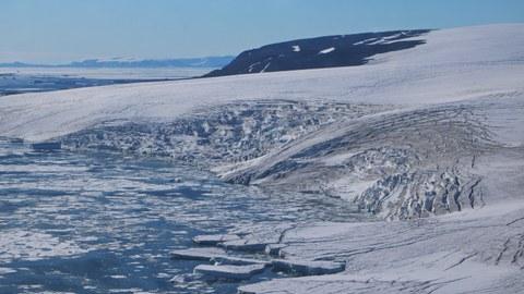 kleiner Ausflussgletscher in der Nähe des Nioghalvfjerdsbræ (79°Gletscher)