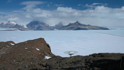 Aufbau einer GPS-Station im Gebirge.