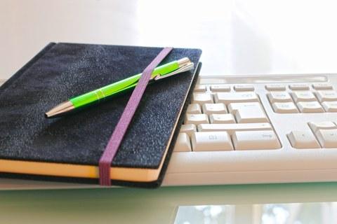 Notizbuch auf Tastatur