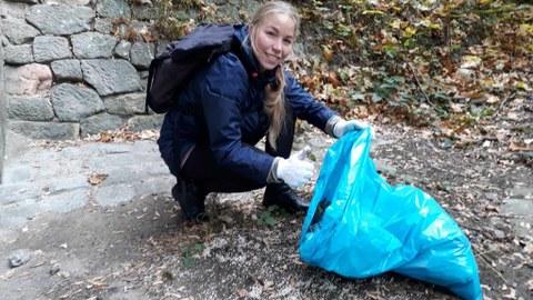 Anne Geißler bei dem Versuch Styroporkugeln zu sammeln