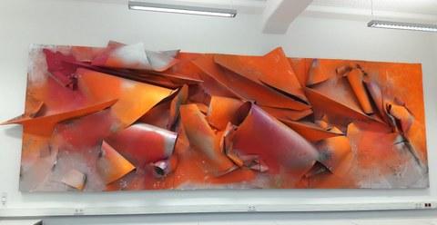 Tilman Hornig, Faltung Nr. 49, 2012, Lack auf Stahl, Holz, 270 x 771 x 51 cm, Dauerleihgabe der Galerie Gebr. Lehmann, Dresden