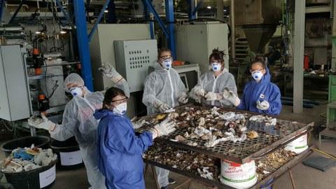 Studierende sortieren Abfallall am Institut für Abfall- und Kreislaufwirtschaft