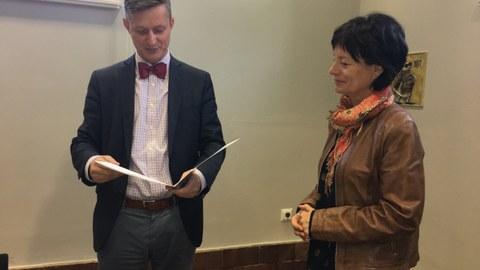 Herr Dr. Handschuh gratuliert Frau Lüpke