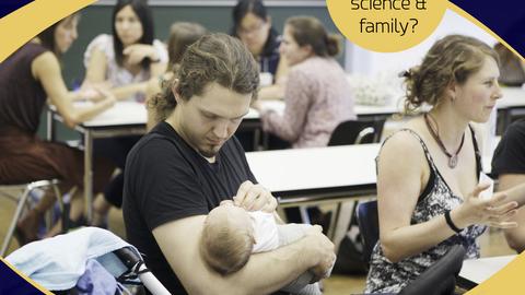 Mann mit Baby auf dem Arm bei einem Workshop