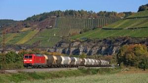 Im Maintal Güterzug mit Schüttgutwagen auf der Strecke Karlstadt - Himmelstadt mit Ellok Baureihe 185 bei herbstlicher Lichtstimmung