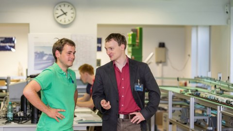 Zwei Betreuer unterhalten sich im Labor