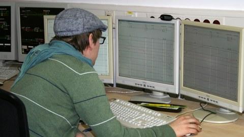Student sitzt vor einem Bildschirm des Dispositionssystems.